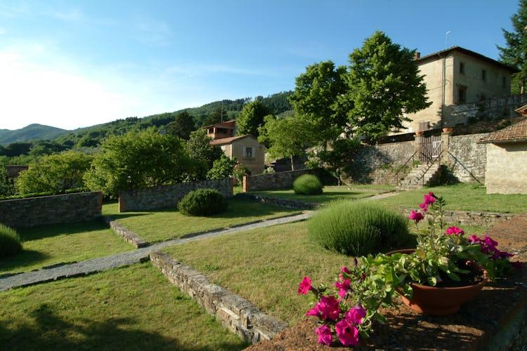 Agriturismo Colognole - Giardino in Primavera con Piscina