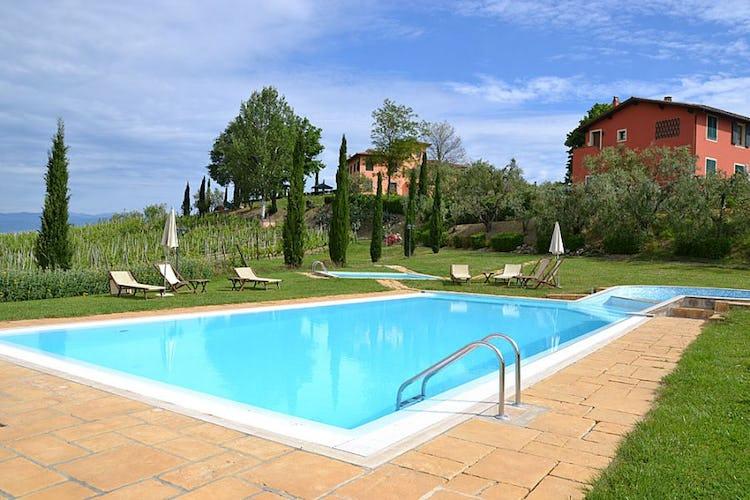 L'ampia piscina con idromassaggio, fresco rifugio durante l'estate