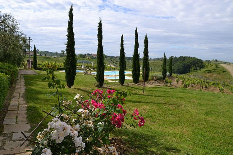 Large green garden with flowers of all seasons at Corte in Poggio