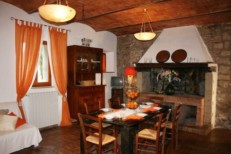 Il tradizionale caminetto toscano per piacevoli serate o gustosi bbq