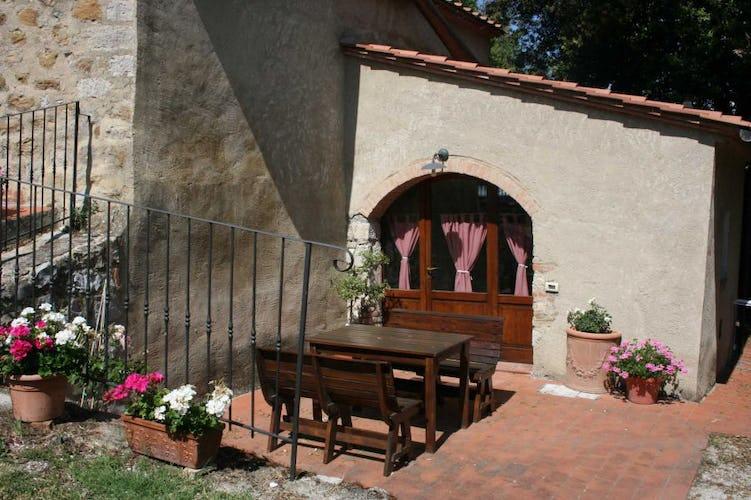 Il patio degli appartamenti ha tavoli e sedie per mangiare all'aperto