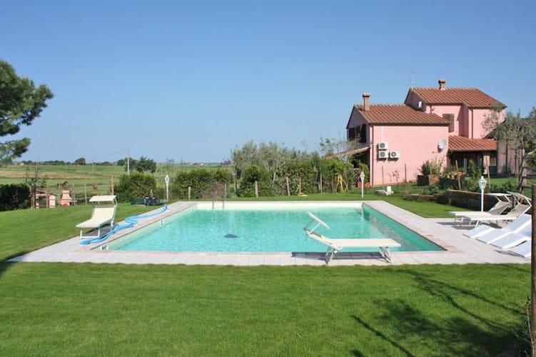La piscina circondata dal rigoglioso giardino