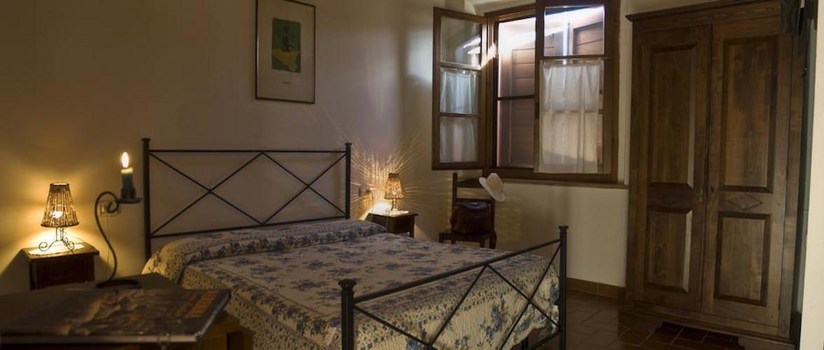 Camere ed appartamenti sono arredati in stile rustico toscano