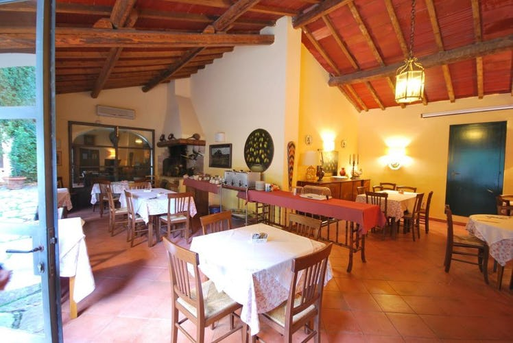 Indoor and outdoor breakfast area at Agriturismo Casa Rossa