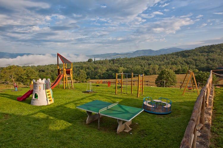 Agriturismo La Collina Delle Stelle - il parco giochi in giardino dove i bambini possono giocare in totale libertà