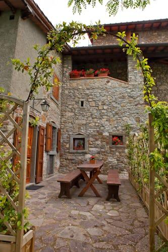 Agriturismo La Collina Delle Stelle - il patio esterno attrezzato con tavoli e sedie