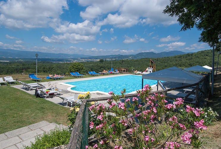 Agriturismo La Collina Delle Stelle - piscina panoramica con vista sul paesaggio della valle del Casentino