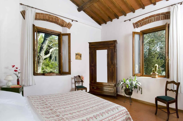 Agriturismo La Tinaia - One of two bedrooms in I Cipressi apartment