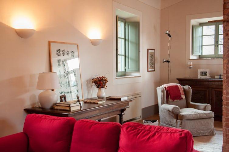 I casali dagli ampi spazi includono soggiorno e sala pranzo