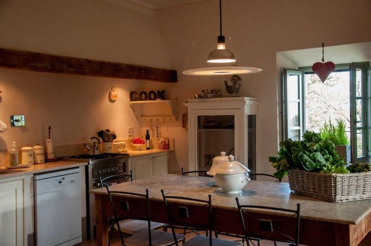 Le cucine sono completamente attrezzate, dotate anche di lavastoviglie