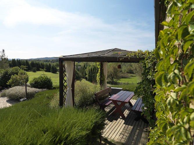 Agriturismo Piettorri - I tavoli da pic nic circondati dall'ampio giardino