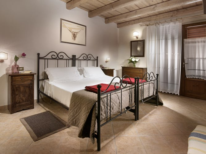 Agriturismo Valleverde: Bedrooms with tiled floors and garden access