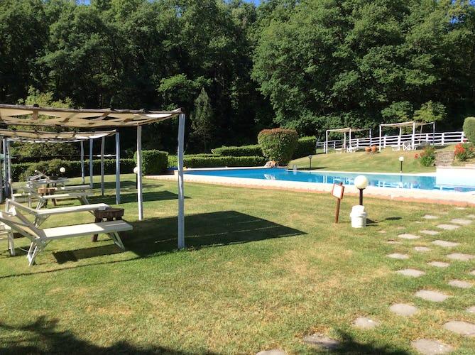 Agriturismo Valleverde: Poolside gazebos for outdoor comfort