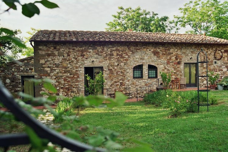 Ancora del Chianti B&B: Many bedrooms have direct access to the lovely green garden the B&B