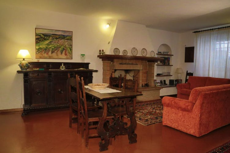 B&B del Giglio: Pietra serena lasciata a vista e pavimenti in terracotta in salotto
