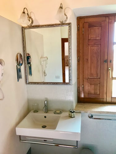 BelSentiero Estate & Country House: Hair dryer, quality linens and shampoos & creams