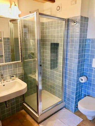 BelSentiero Estate & Country House: i bagni in stile moderno dotati di ogni comodità