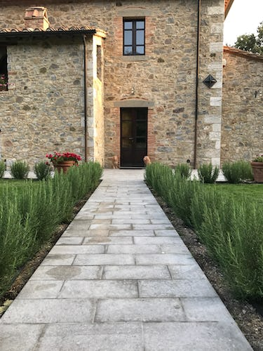 BelSentiero Estate & Country House: rosemary lined walk way