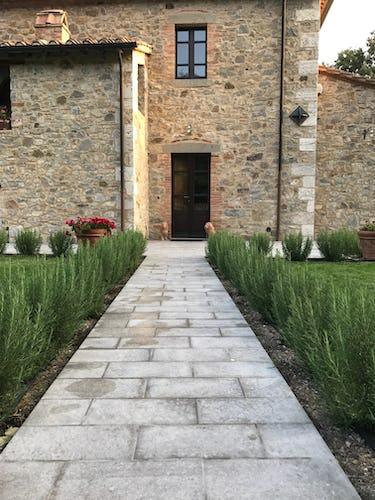 BelSentiero Estate & Country House: l'ingresso alla villa, costeggiato da profumate piante di rosmarino