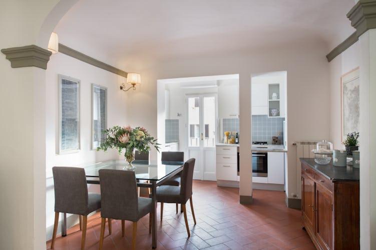 Borgo de Greci appartamenti per vacanze a Firenze: la zona pranzo separata dall'angolo cottura