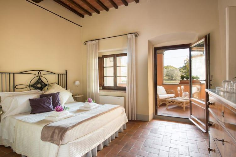 La camera Salvia, con balcone e vista sui giardini e sugli oliveti