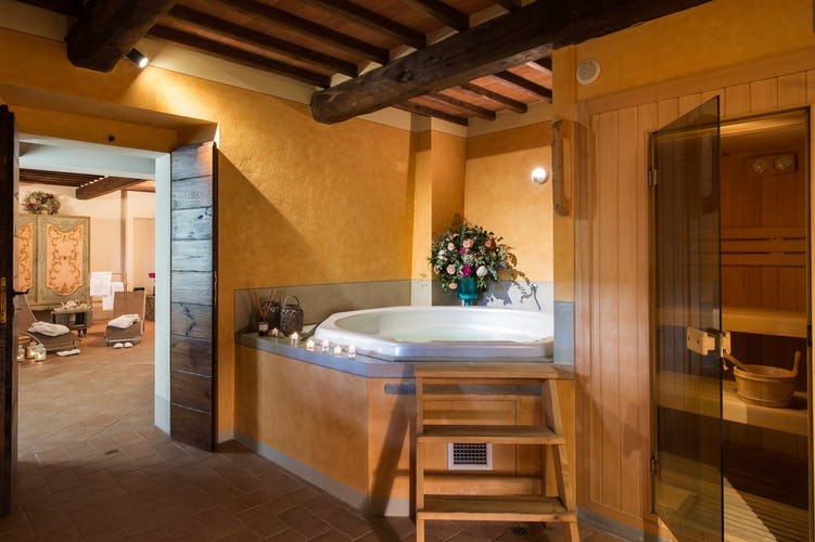 Il centro benessere, prestigioso ed elegante, con la vasca idromassaggio