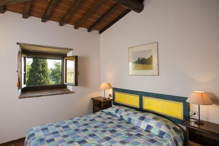Una delle camere del Borgo, con vista sulla campagna toscana