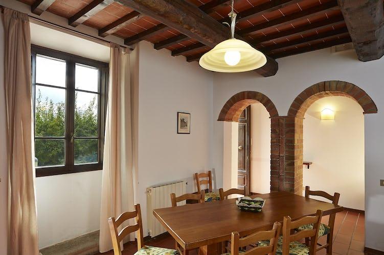Arredo in classico stile rurale, con soffitti con travi a vista, caratteristica tipica degli antichi casali di campagna