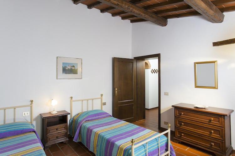 La camera con letti singoli dell'appartamento Cortona, illuminata in abbondanza dalla luce naturale