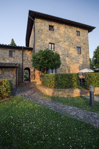 A La Casaccia, potrai ammirare il sole che tramonta dietro le colline, magari sorseggiando un buon bicchiere di vino