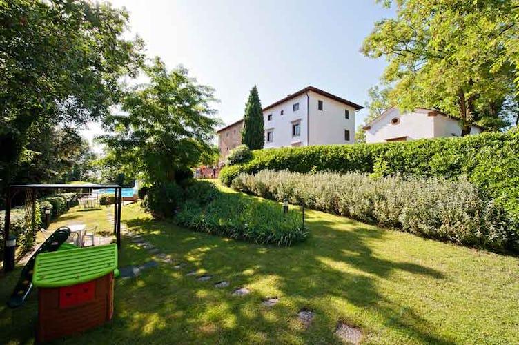 Il parco che circonda il Borgo ospita un bel parco giochi pensato per far divertire gli ospiti più piccoli