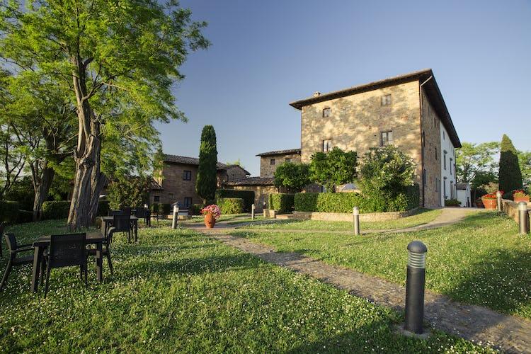 I giardini del Borgo sono dotati di gazebo, tavoli, sedie e barbecue, tutto il necessario, insomma, per organizzare cene all'aperto