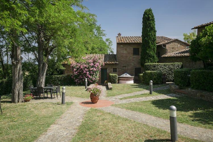 I giardini che circondano La Casaccia sono ben curati e mantenuti alla perfezione