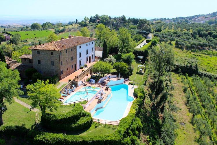 Vista dall'alto di Borgo La Casaccia, con il suo parco e le sue due piscine