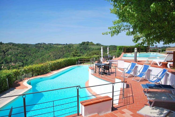 L'area intorno alla piscina è dotata di sdraio ed ombrelloni, per rilassarsi sotto il sole di Toscana