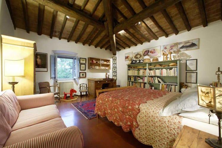 La camera da letto Mattia, ariosa e luminosa, con travi a vista
