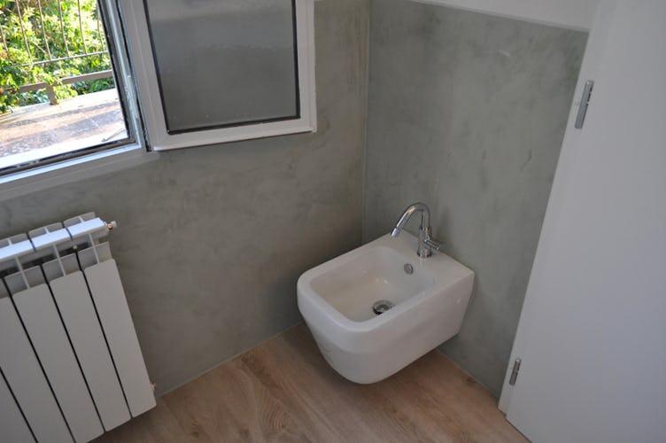 Sanitari moderni e parquet anche nel bagno