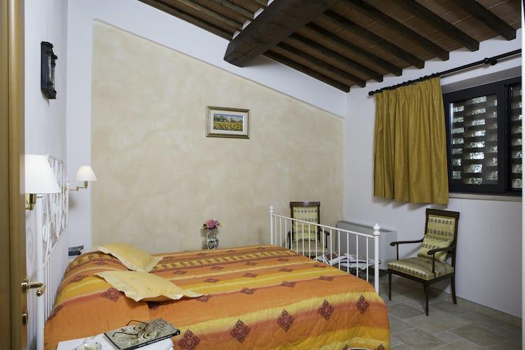 Agriturismo Casa dei Girasoli - La camera da letto di Arancio, anch'essa con accesso al wifi
