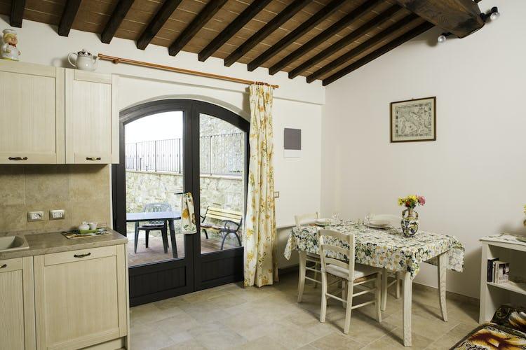 Agriturismo Casa dei Girasoli - La cucina di Arancio, con accesso diretto all'area esterna esclusiva
