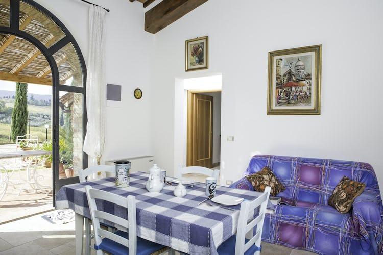 Agriturismo Casa dei Girasoli - L'area pranzo di Azzurro, con vista sulle rilassanti colline toscane