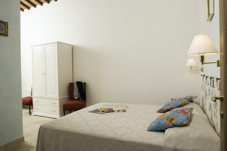 Agriturismo Casa dei Girasoli - Soffitti con travi a vista e colori chiari per accentuare la luminosità dell'appartamento