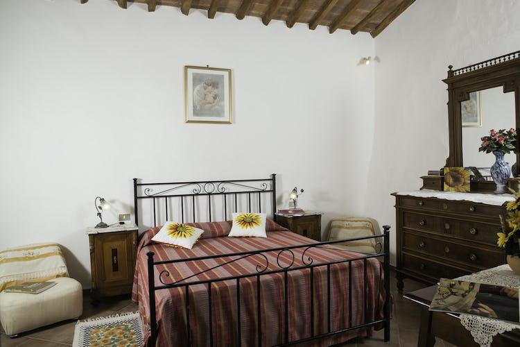 Agriturismo Casa dei Girasoli - La camera con il letto in ferro battuto di Giallo