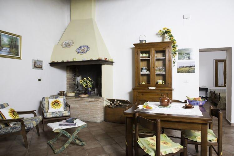 Agriturismo Casa dei Girasoli - Il caminetto, funzionante, è un tocco di stile puramente toscano