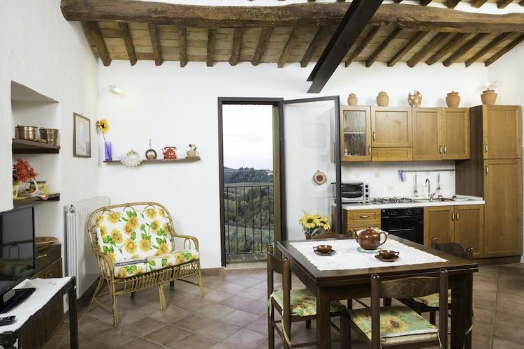 Agriturismo Casa dei Girasoli - La cucina con vista e completamente accessoriata di Giallo