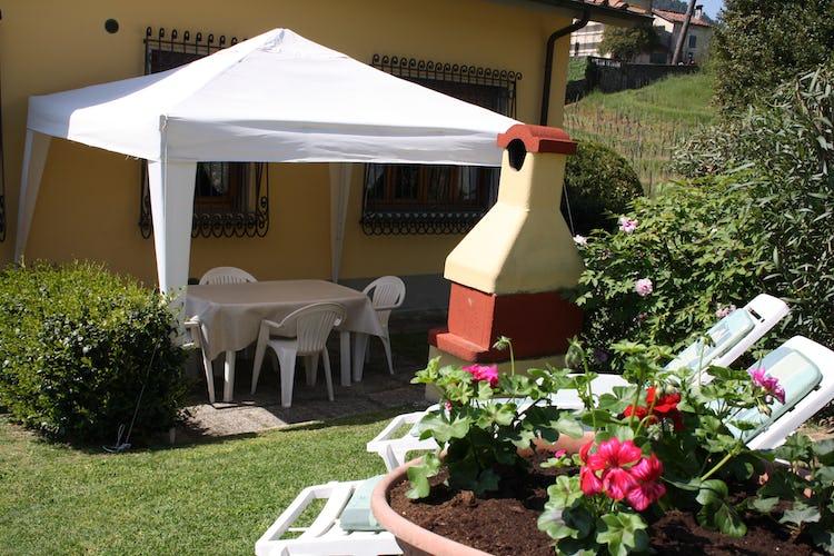 Casa Vacanze i Cipressi: gazebo per mangiare all'aperto, con bbq per cucinare deliziose grigliate di carne toscana