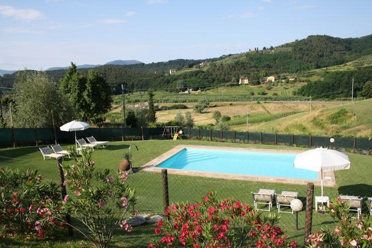 Casa Vacanze i Cipressi: la piscina circondata dal verde, con vista sul paesaggio circostante
