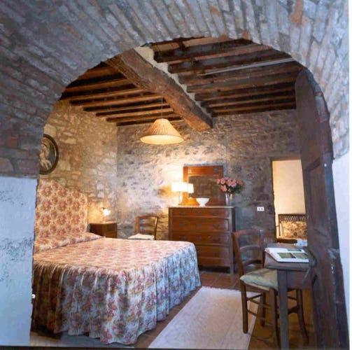 La camera da letto con muri in pietra a vista