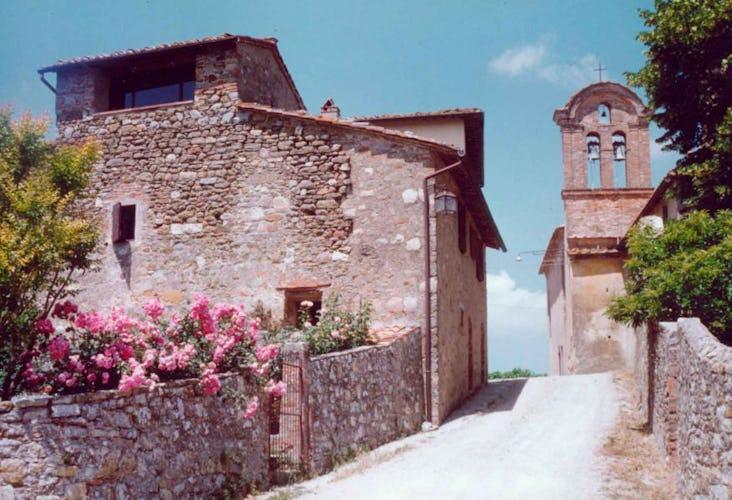 Esterno del borgo di Montozzi con il campanile sullo sfondo