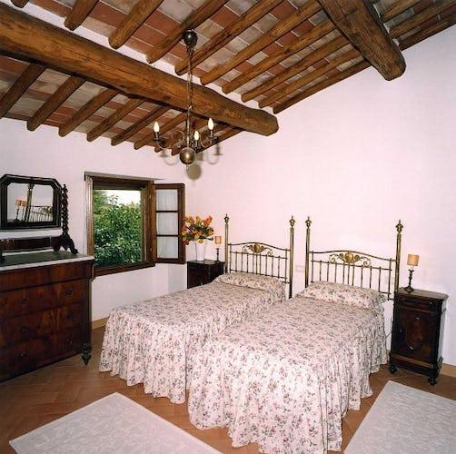 Una camera, con letti in ferro battuto, particolare tipico toscano