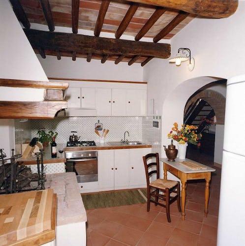 La cucina completamente attrezzata con forno e stoviglie